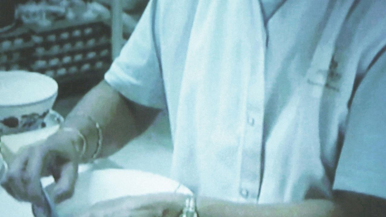 Barbara Geraci, Photographie numérique (détail recadré) d'une projection vidéo de la collection permanente de Keramis, Centre de la Céramique de la FWB (deux documentaires compilés : Productieproces Boch, auteur inconnu, 2003 et Art et techniques de la Céramique, Fondation Roi Baudouin, 2001), 2021 © l'artiste